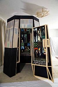 Laterne, 2009, begehbares Gehäuse, in den Wandungen: 103 Bild- und Schriftfelder, 221 x 173 x 159 cm
