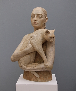 Frau mit Katze, 2015, Betonguss, getönt und gewachst, 68 x 42 x 32 cm
